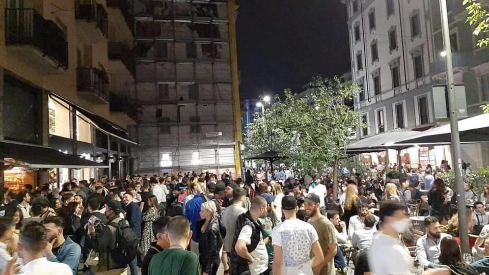 A Milano La Movida Batte Il Coronavirus Locali In Moscova E Corso Como Presi D Assalto E Folla