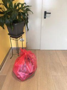 in foto: La foto pubblicata da Moira Perruso: nel sacchetto gli abiti della madre morta di Covid (Facebook)