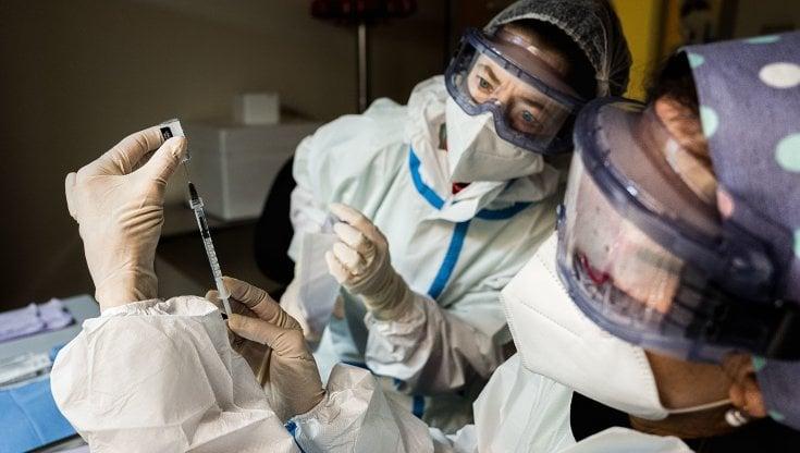 I ritardi di Pfizer bloccano le vaccinazioni in Lombardia: la campagna rallenta ovunque