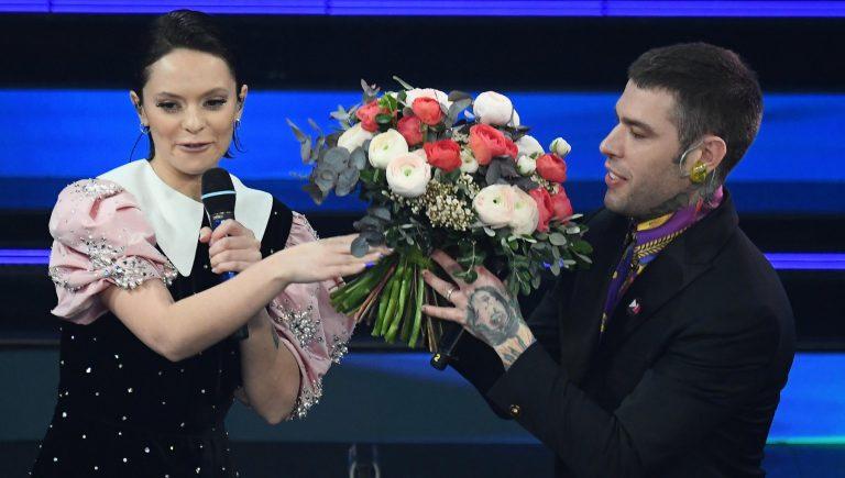 Francesca Michielin porge i fiori a Fedez