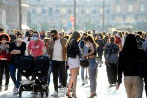 Assembramenti Milano nel week end: aperitivi, pic nic e persone fuori dai bar