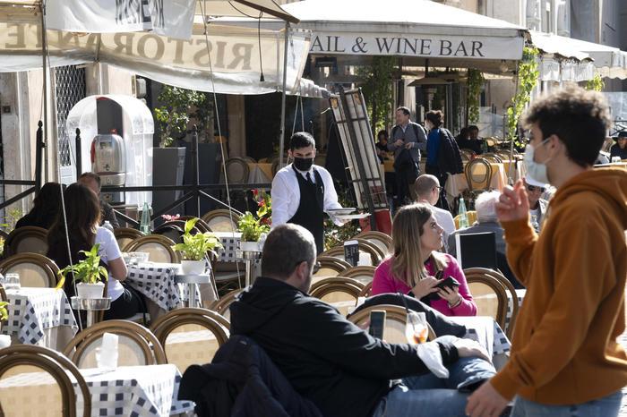 RIAPERTURE Garavaglia: A maggio le spiagge, il 2 giugno bar e ristoranti