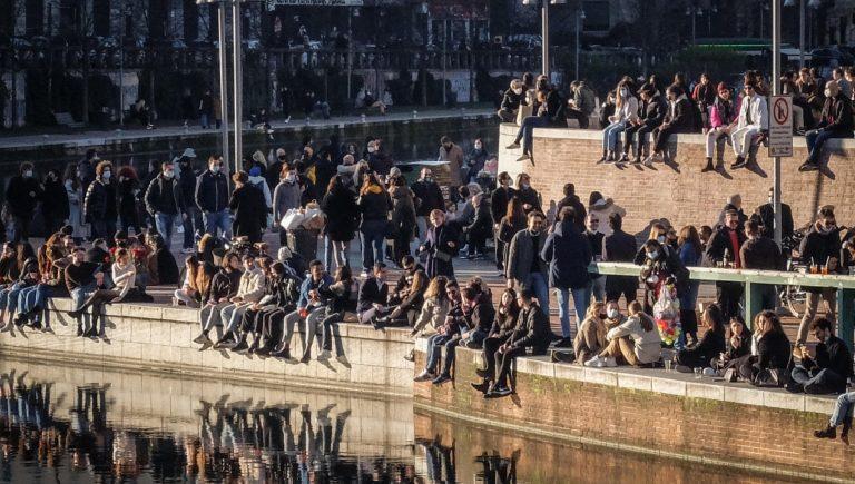Milano, assembramenti di giovani dopo le 18 nelle zone della movida