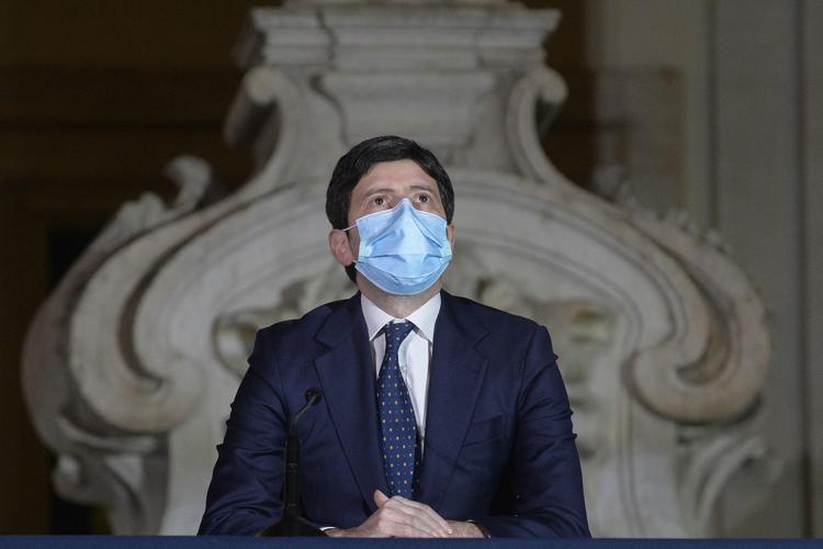 AstraZeneca, Speranza: «18 risultati fatali su 32 milioni di dosi, ma è sicuro e salva vite»